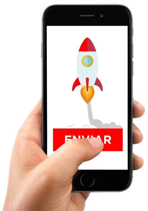Mano sujetando un smartphone y pulsando sobre el botón enviar sobre el que aparece un cohete despegando.