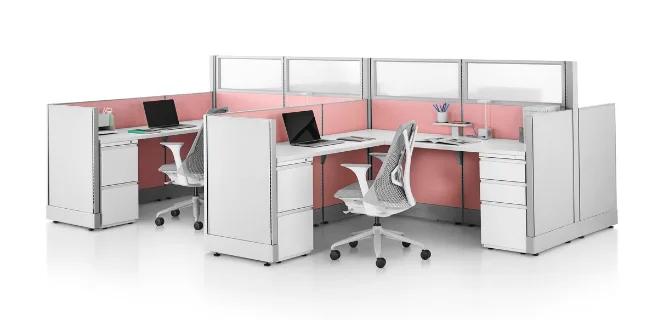 Objetos, componentes y materiales BIM que conforman dos módulos de escritorio de oficina.