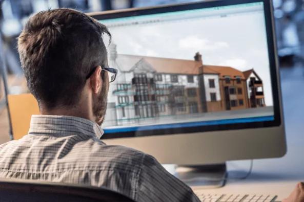 Persona con ordenador modelando el edificio de un proyecto BIM