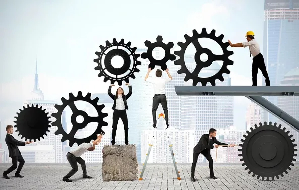 Ejecutivos sosteniendo engranajes para alcanzar el éxito en la dirección de proyecto BIM